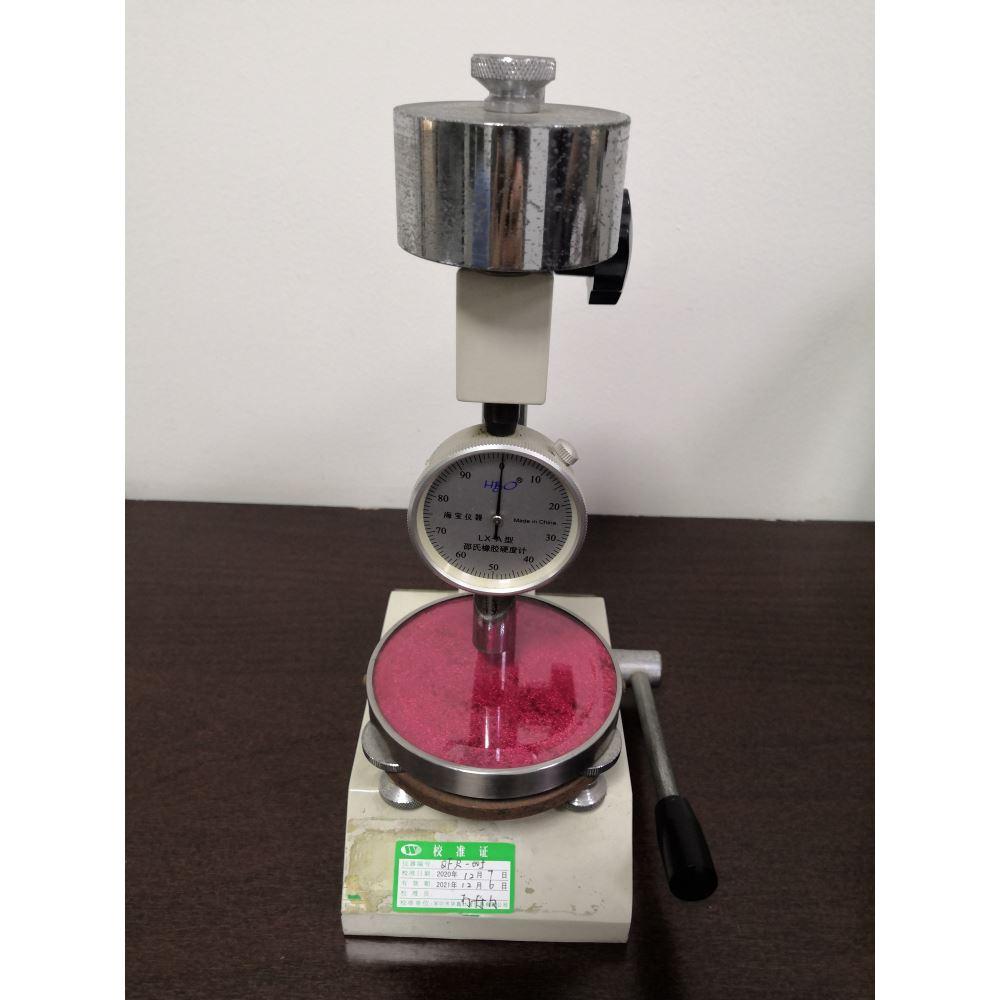 邵氏硬度计用于橡胶电线与 绝缘皮的厚度丈量体例。