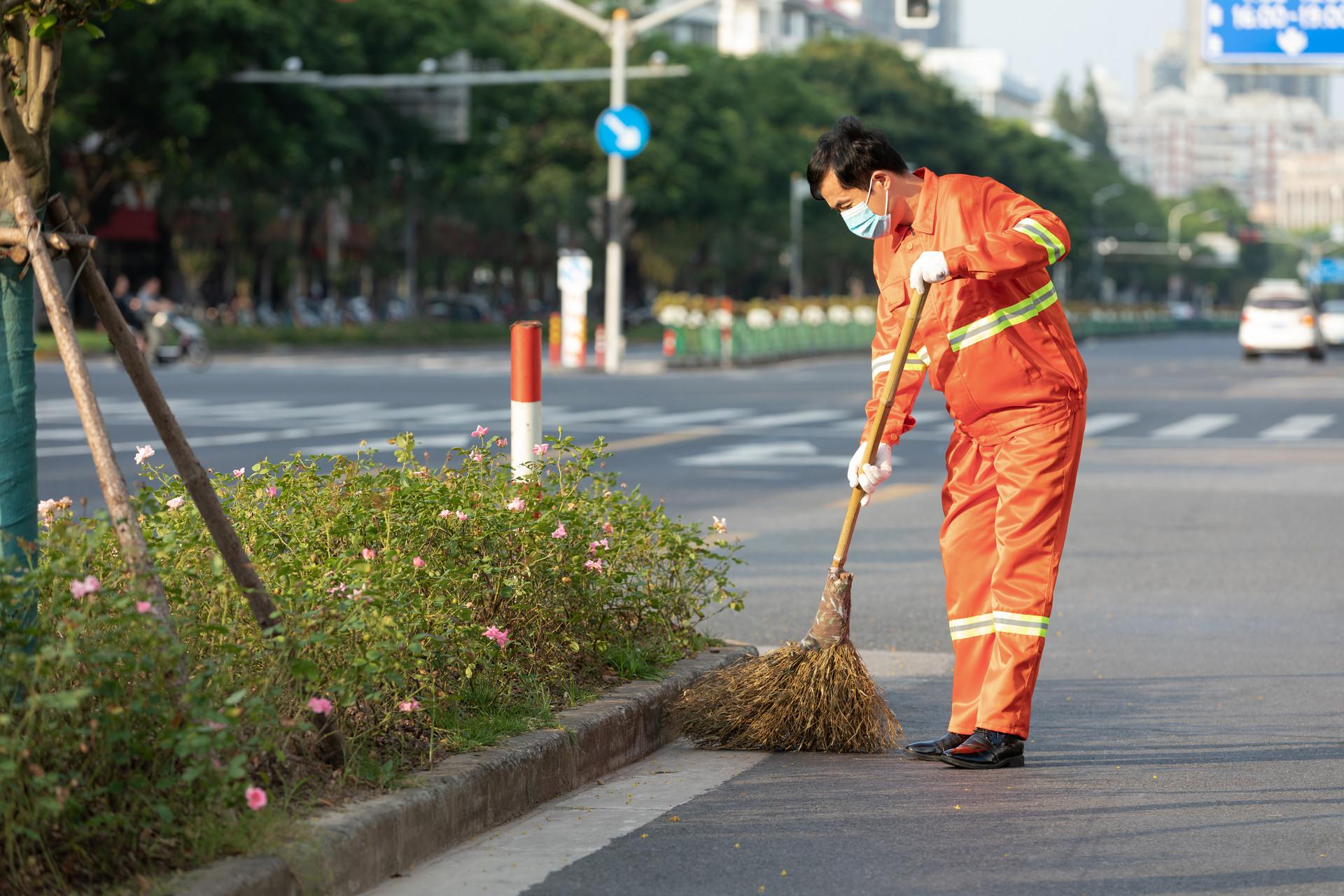 摄图网_501665977_banner_打扫马路街道的环卫工人(非企业商用)