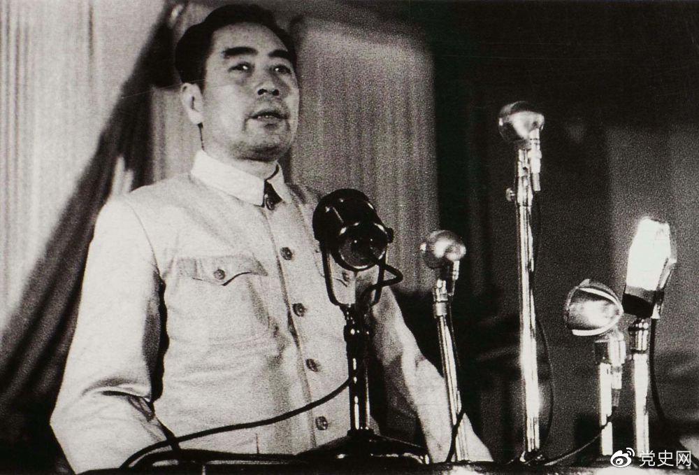 1949年9月22日,周恩来在中国人民政治协商会议第一届全体会议上作关于共同纲领草案的起草经过和特点的报告。