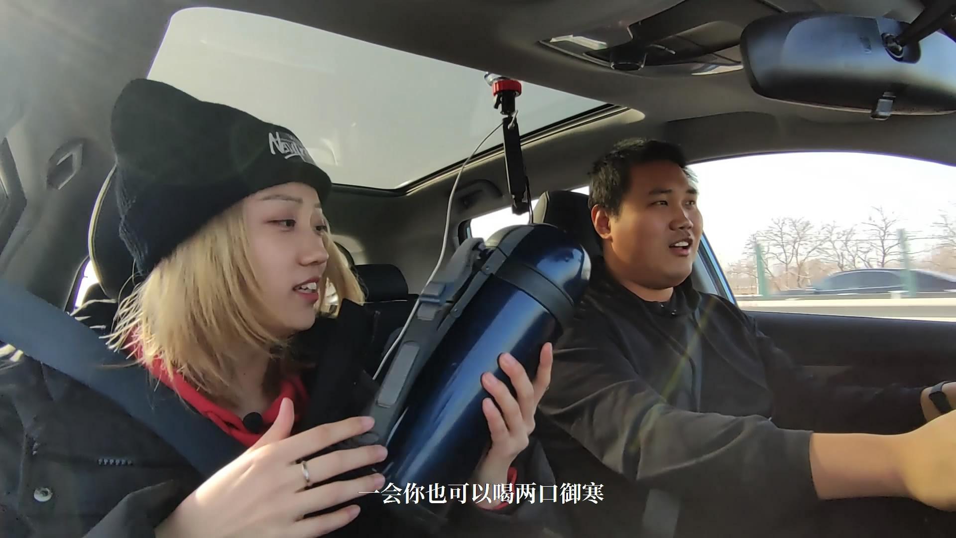 小姐姐体验电动汽车,怕趴窝自带神器