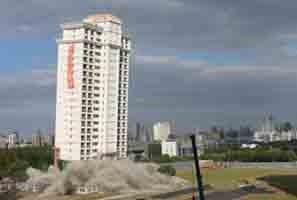 昆山市83米高楼成功实施定向拆除爆破