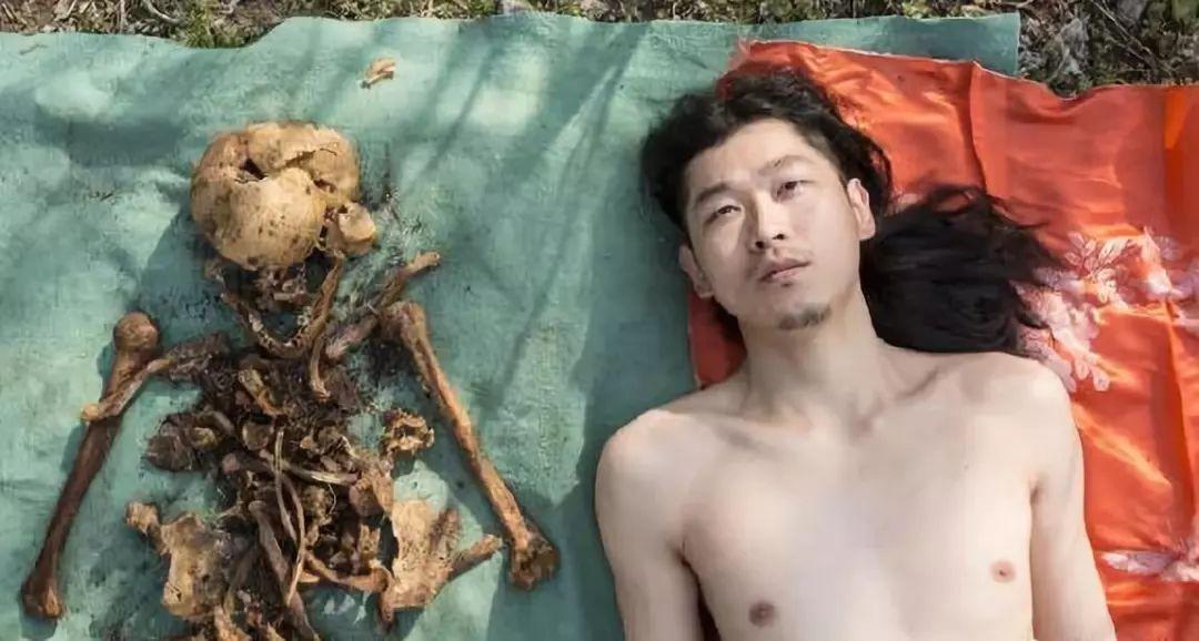 父亲尸骨与其裸体合影