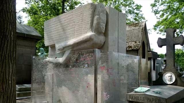3 给王尔德的墓碑留下一个吻