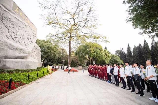 中国国家男子足球队全体队员向烈士致敬 640x427