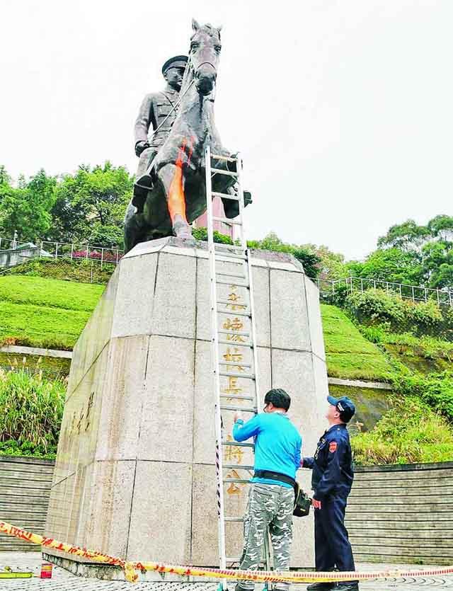 台湾政治大学后山的蒋介石骑马铜像,当地时间22日清晨遭人喷漆、锯断马脚。警方在现场搜证调查。