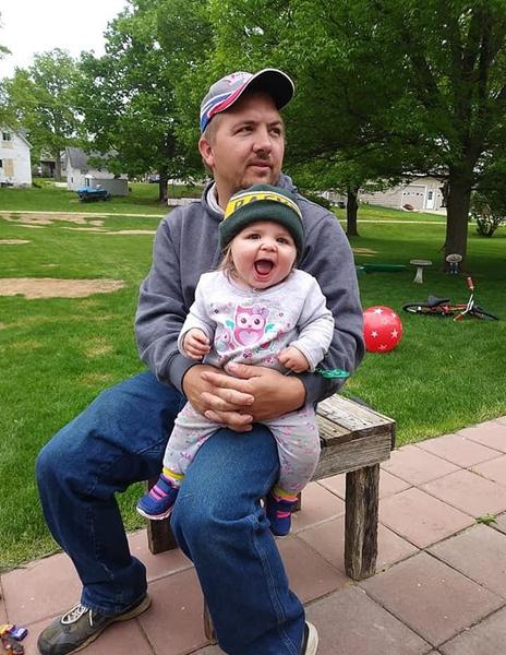 图为科林和父亲在一起,当时她还是个健康的婴儿