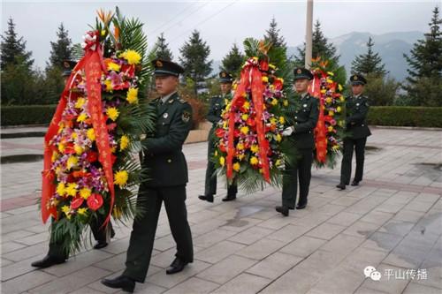 12名礼兵迈着正步,缓缓走向烈士纪念碑