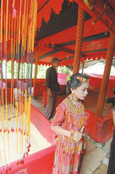 印尼人的葬礼现场色调很艳丽