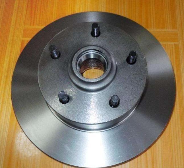 刹车盘中间的孔,是装配的主要基准。因此加工孔的工序就显得尤为重要