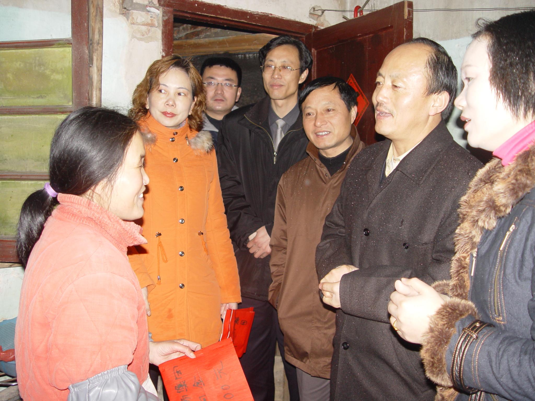 关爱职工,每年春节前夕,集团董事长田友海,总经理柳亚西走访慰问困难职工家庭。