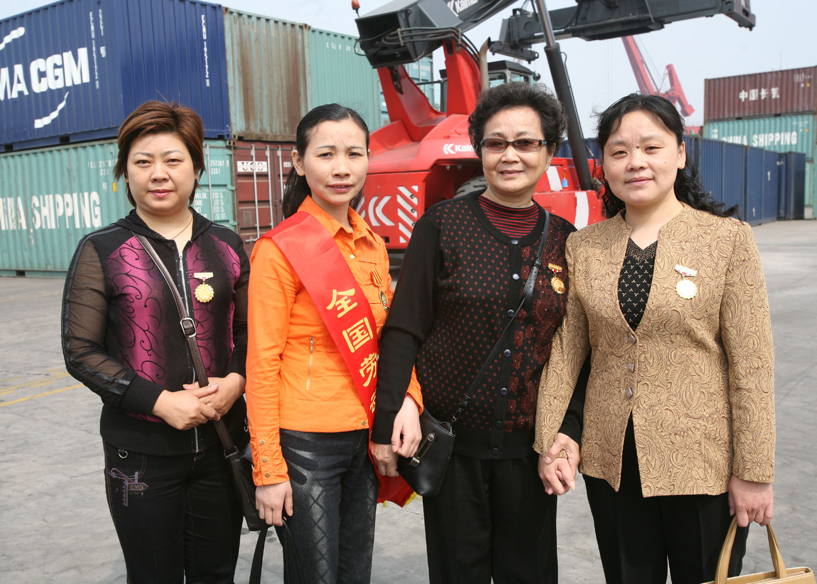 江西海扬纺织集团四代全国劳模合影留念。第一代瞿兰香(右2),第二代马玉霞(左1),第三代陈义华(右1),第四代陆永兰(左2)。