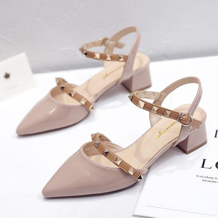 新款时尚凉鞋女 2020新款中跟尖头一字带仙女风铆钉女鞋 粗跟包头女鞋