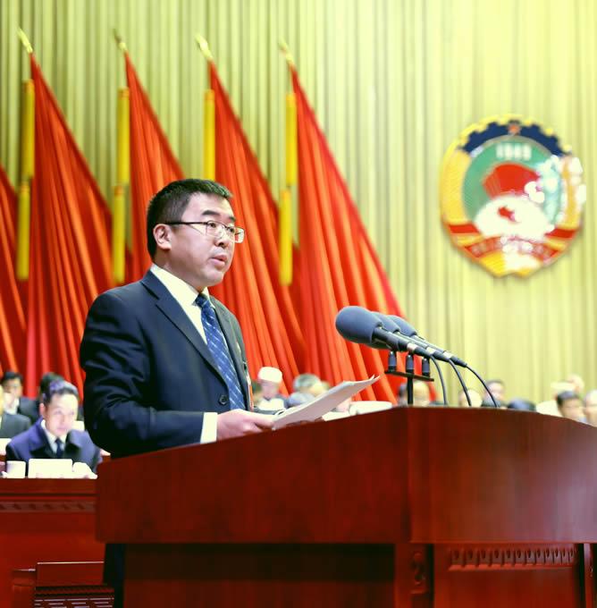 副市长倪正刘向大会作关于政协临沧市第四届委员会第三次会议以来提案办理情况的说明