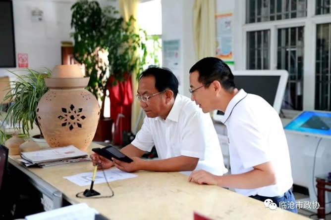 市政协主席李银峰以普通党员身份到家庭住地忙令社区报到