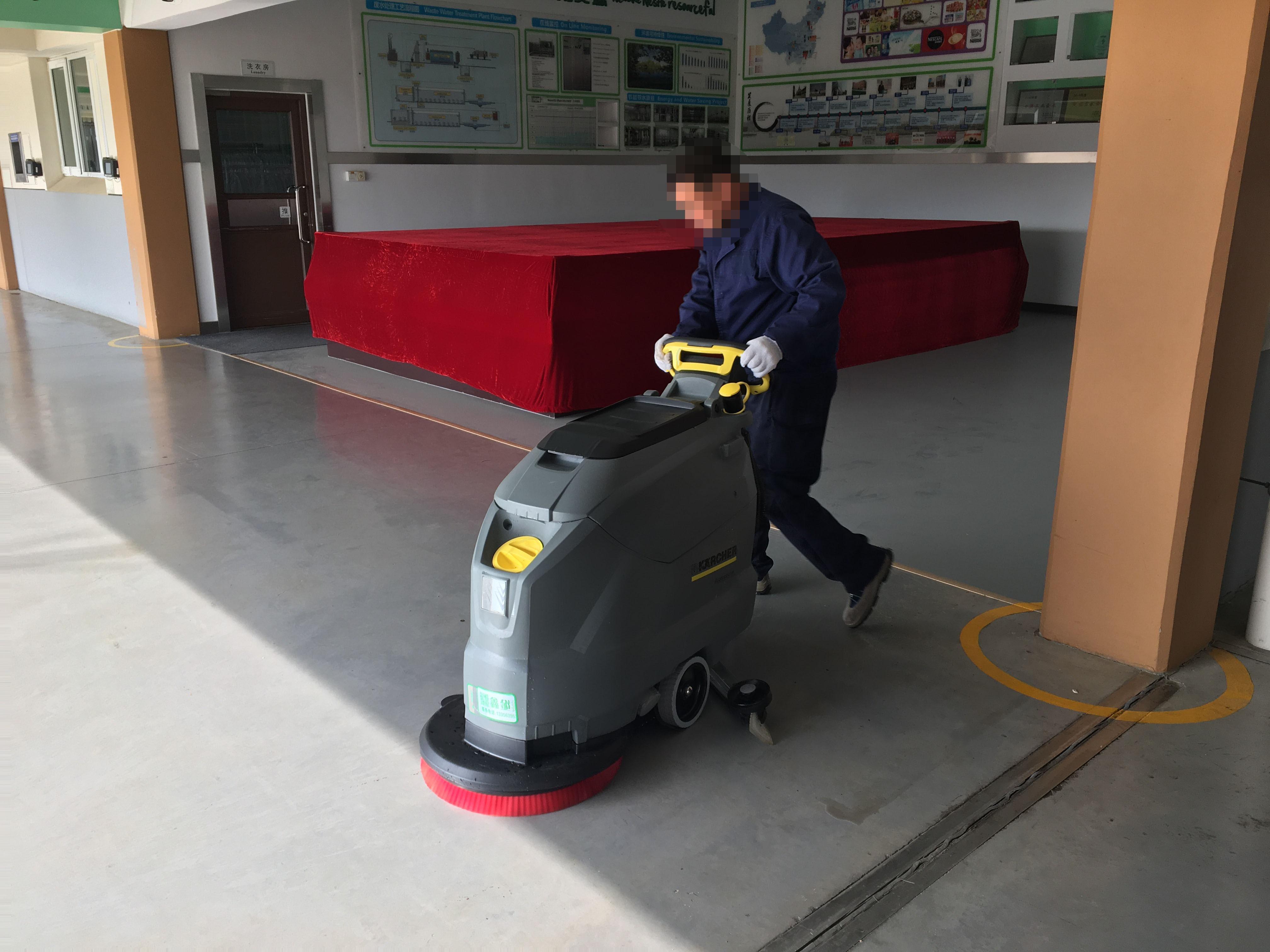 你的手推式洗地机也清洗地面不干净么?
