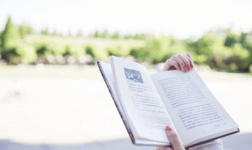 自考看书的女孩