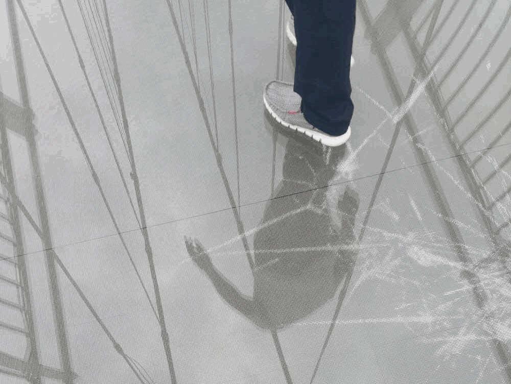 玻璃栈道碎裂特效LED显示屏