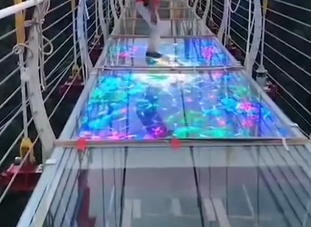 led玻璃栈道显示屏