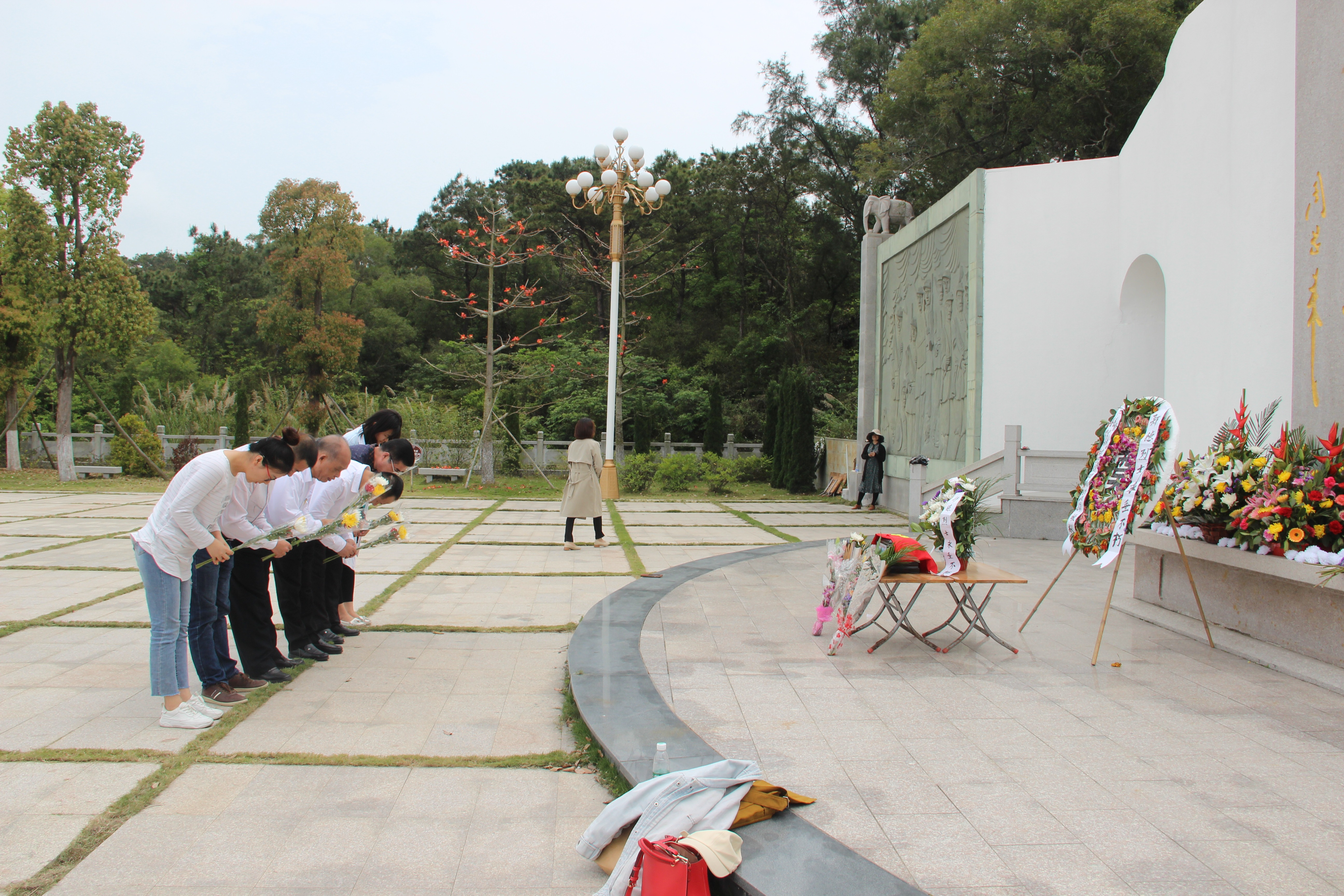 普宁市红色文化研究中心干部职工往汕头市烈士陵园祭奠郑德烈士