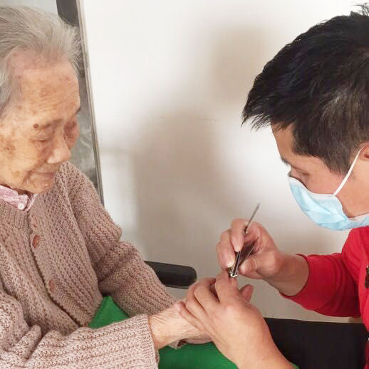 护理员为老人修剪指甲