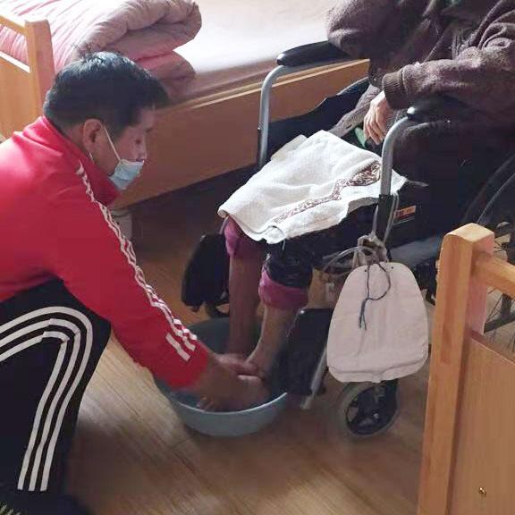 护理员为老人洗脚