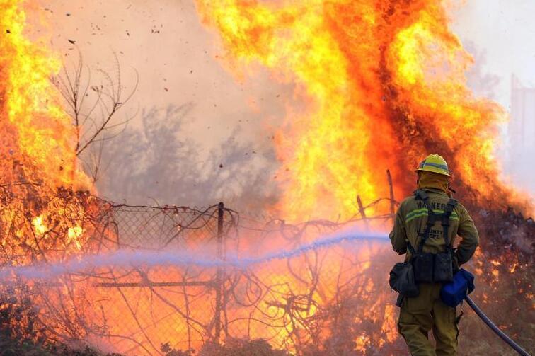 美国加州野火蔓延 超4千居民收到疏散警告