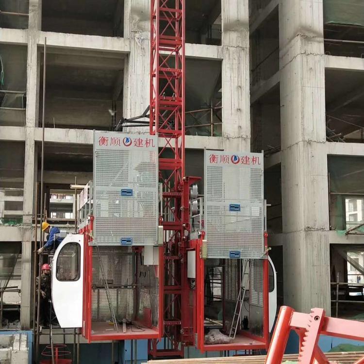 正在搭建建筑施工升降机
