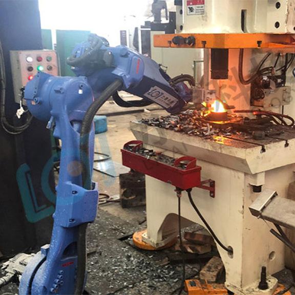 锻造工业机器人对接锻造扒皮机效率震惊锻造工人