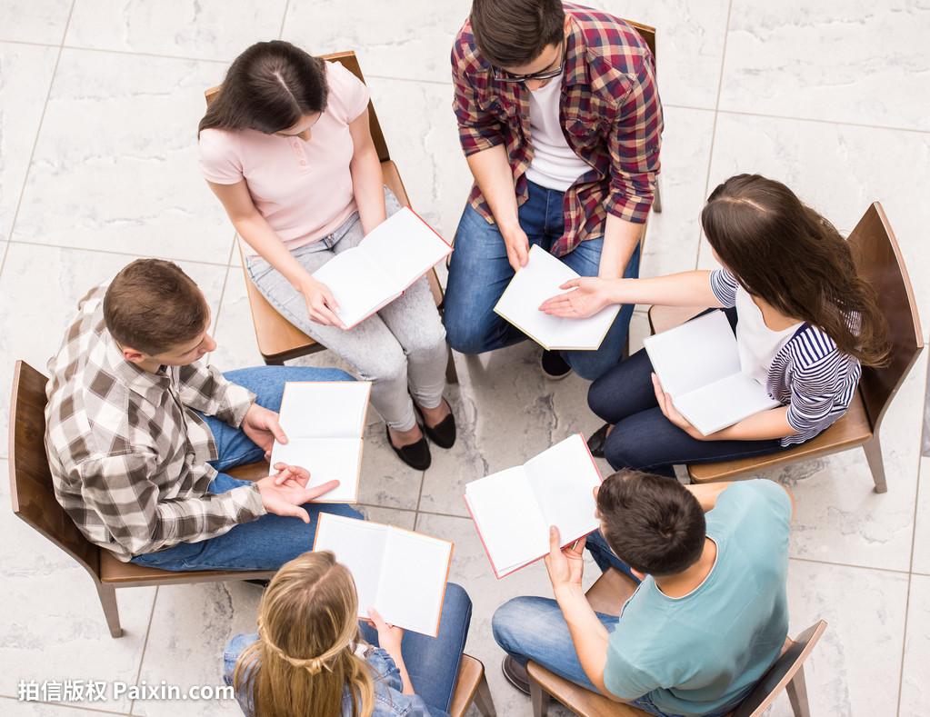 同时疗愈多人的问题,利用团体动力处理人际关系。