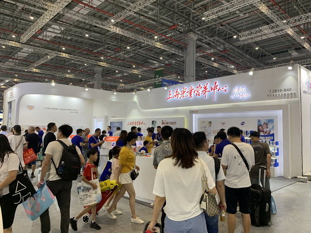 2019年7月24日~26日,第19届上海CBME孕婴童展在上海市新国际会展中心开展。上海儿童营养中心在现场吸引了众多消费者和优秀的经销商慕名前来了解和咨询,上海儿童营养中心的工作人员现场讲解,现场签订多笔订单,场面火爆异常。
