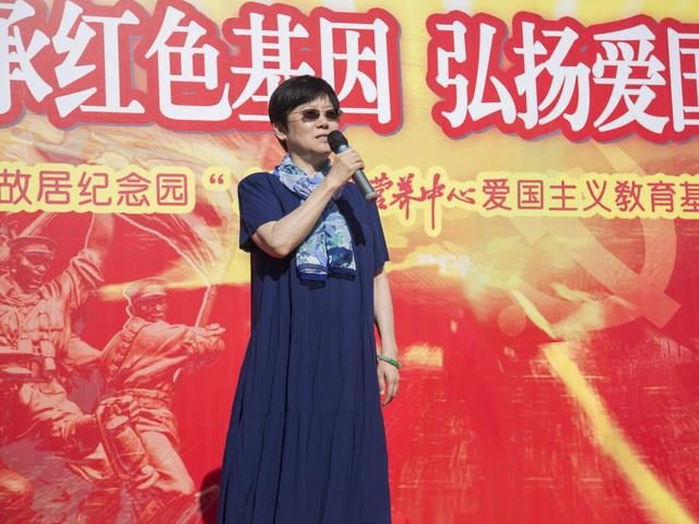 中国人民对外友好协会会长李小林重点介绍了李先念故居纪念馆的发展状况,提到老一辈革命家凭借着顽强拼搏、不怕困难、不怕挫折的精神开创革命和建设事业,这种红色精神需要我们世世代代传承下去,珍惜现在美好生活的不易,做有利于我们社会发展的事情,共同建设伟大祖国的富强美好时代。