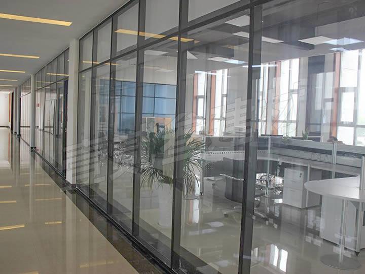 南宁办公室玻璃隔断安装【办公室玻璃隔断设计原则。】