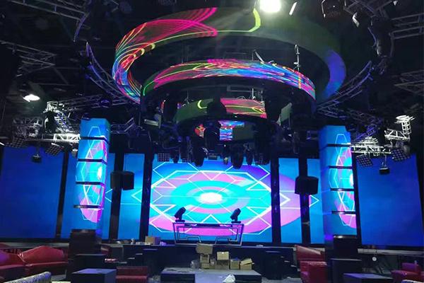 圆环吊装四方柱LED显示屏