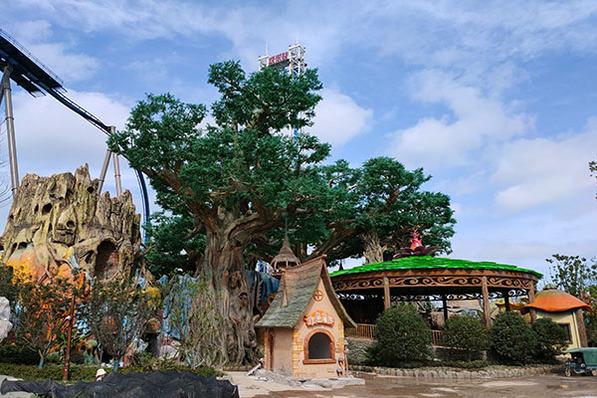 """南京华侨城欢乐谷是南京政府重点布局项目,项目总体以当地文化、休闲为特色,填补了南京大型文化旅游产业空白,也为南京推动""""四新""""行动添上浓墨重彩的一笔。铭创园林作为该项目仿真植物造景唯一的供应商,我们供应了仿真古树、仿真桫椤树、仿真海枣树等,并以各种类型仿真植物为整个园区增加了更多生机和活力。"""