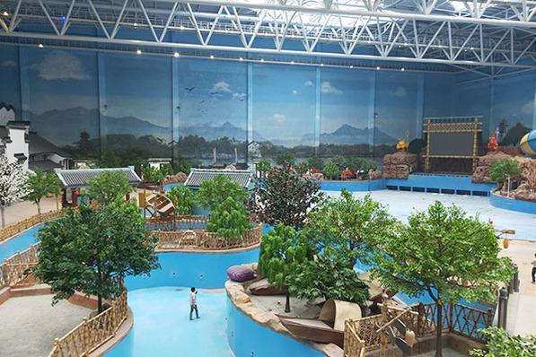 无锡万达城总面积340万平方米,规划有分为万达茂、大型主题乐园以及度假酒店群等,无锡万达城以前沿科技结合中国传统文化,为无锡带来符合不同年龄段游乐需求的梦想乐园;其中室内水乐园以热带雨林风格打造世界级别24小时恒温水乐园,室内择用绿意盎然仿真乌桕树、仿真榉树以及仿真植物造景,整个空间散发出清新雅致的气味。