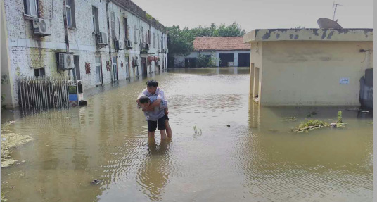 抗洪转移受灾群众