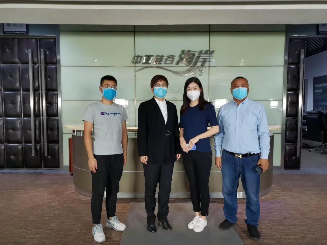 中亚集团常务副总裁夏萍(左中)与内江驻深圳投资促进服务中心龙敏主任(右中)合影