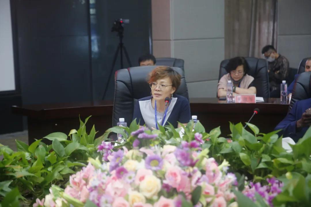 北京中国科学院老专家技术中心科技合作处处长李英男发表讲话
